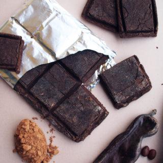 Biscotti alla carruba. serviti come fossero una tavoletta di cioccolato