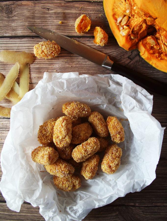 Crocchette di patate e zucca, servite in un cartoccio di carta forno