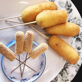 corn-dogEcco i miei corn dog, i celebri wurstel da passeggio fritti in pastella, e la loro versione per cani ovvero i dog corn. Facili entrambe le versioni!